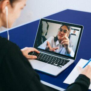 Das Bild zeigt eine Ärztin, welche sich in einer Videosprechstunde mit einer Patientin befindet. Es steht für unser digitales Angebot in Düsseldorf des Endomedicums - MVZ für Innere Medizin und Hormon- und Stoffwechselerkrankungen